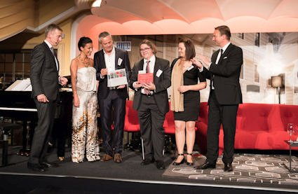 Emmi und Markus Widauer, Eigentümer der Forsthofalm (2. und 3. v.r.) sowie die Architekten Nicole Waltl-Piffer und Alfred Waltl von w2manufaktur (2. und 3. v.l.), nahmen die Auszeichnung zur Hotelimmobilie des Jahres für die Forsthofalm aus den Händen von Jury-Mitglied Jan-Oliver Meding, Geschäftsführer, MPP (r.) und dem Jury-Vorsitzenden Andreas Martin (l.) entgegen.