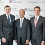 v. l.: Matthias Schulthess (Hilton Worldwide), Miroslav Vuletic (HRMP AG), Guglielmo L. Brentel (HRMP AG), Frenk Djordic (Immo Invest Partner AG), Dzek Djordic (Immo Invest Partner AG); Bild: Hilton