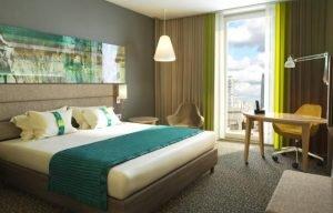 Zimmer im neuen Holiday Inn Düsseldorf City; Bild: Andreas Neudahm