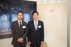 Hoteldirektor Jianlin Dai (links) und Miaolin Chen (rechts), Vorsitzender der NCTG. Bild: KPRN