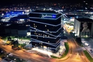 Radisson Blu Plaza Hotel, Ljubljana bei Nacht. Bild: Carlson Rezidor Hotel Group