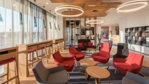 Die Lobby des Holiday Inn Express Munich City West. Bild: Michael Schultes