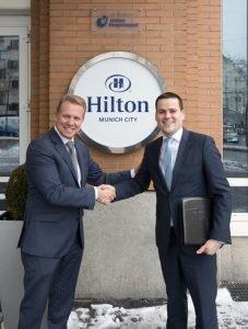 Erwin Verhoog (links) von Hilton und Martin Schaller von Union Investment verlängern ihre Zusammenarbeit in München. Bild: A. Vallbracht