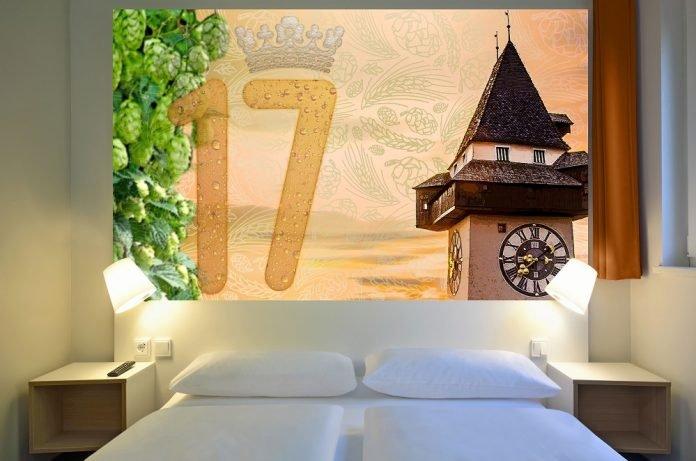 Elemente des Interior Designs im B&B Graz-Puntigam erinnern an ein frisch gezapftes Bier der nahe gelegenen Brauerei. Bild: B&B Hotels.