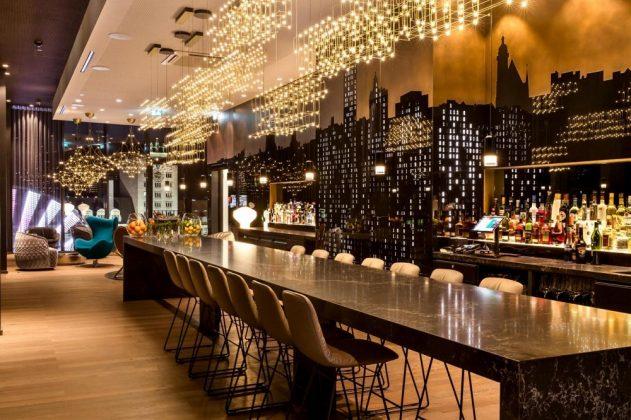 Die Bar im achten Stock umfasst eine große Auswahl an Gin. Bild: Motel One