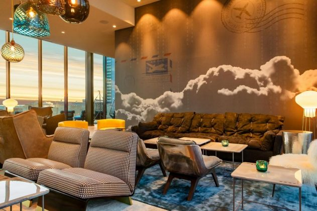 Die Wand mit Poststempel, Briefumschlag und Wolken verweist auf Luftpost. Bild: Motel One