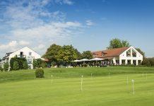 Der Gutshof Sagmühle mit angrenzendem Golfplatz. Bild: Hotel Drei Quellen