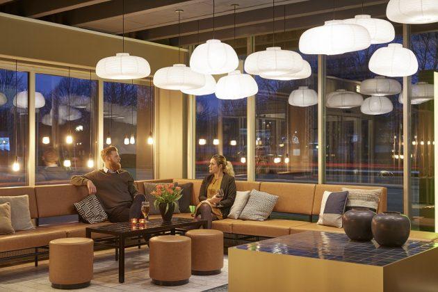 Der Lounge-Bereich präsentiert sich in erdigen Tönen. Bild: Zleep Hotels