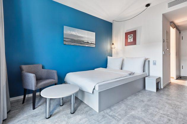 Hinter dem Kopfende des Bettes befindet sich das Badezimmer. Bild: H-Hotels.com