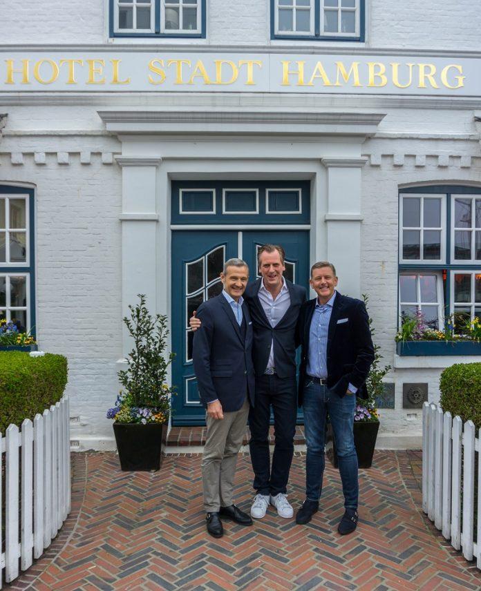 Die Geschäftsführer von 12.18., Jörg Lindner (links) und Kai Richter (rechts) mit Marc Uebelherr (Mitte). Bild: 12.18.