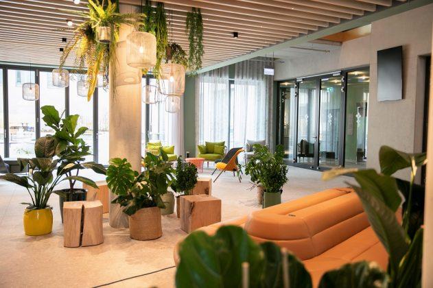 Pflanzen und Holz bringen den Garten vom Innenhof in die Lobby. J. Vogt/Ariva Hotel
