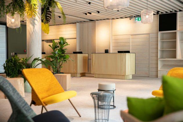 Die Lobby zieren Holz und helle Farben mit gelben und grünen Farbakzenten. Bild: J. Vogt/Ariva Hotel
