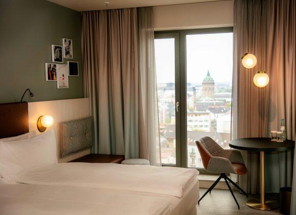 Ein Zimmer mit Blick auf die Mannheimer Innenstadt. Bild: J. Vogt/Ariva Hotel