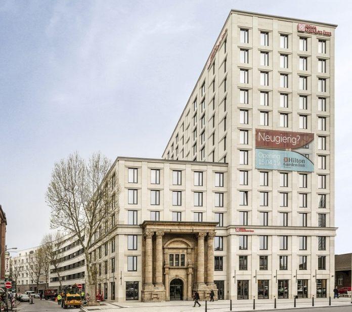 Das Hilton Garden Inn Mannheim mit dem Hauptportal der historischen Reichspost. Bild: J. Vogt/Ariva Hotel