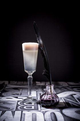 An der Bar gibt es einen Cocktail mit einer besonderen Zutat: Tinte. Bild: Saskia de Wal