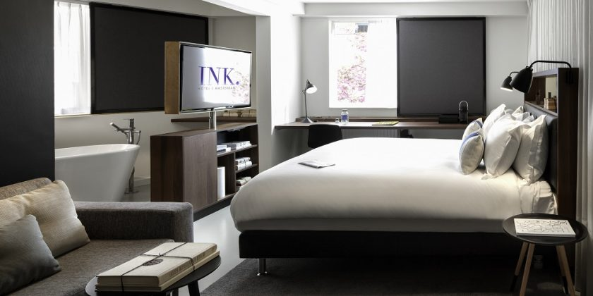 Der Fernseher trennt den Schlafbereich vom offenen Badezimmer ab. Bild: Ewout Huibers