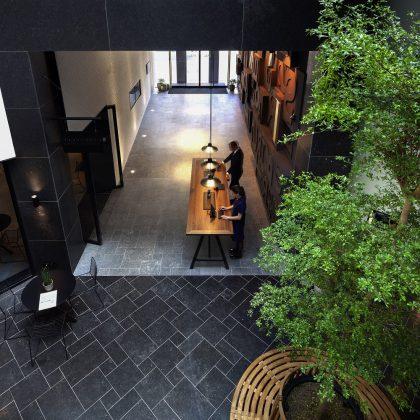In der Lobby wächst ein Baum in den Himmel und symbolisiert die Zeit und den angrenzenden Garten. Bild: Ewout Huibers