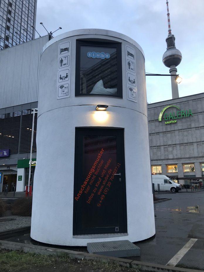 """Ein Anschauungsmuster der Hotelbox """"slube home"""" direkt vor dem Park Inn am Berliner Alexanderplatz. Bild: slube GmbH/D. Ludley"""