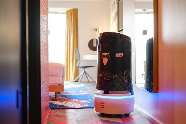 """Der Service-Roboter """"Henry"""" als moderne Interpretation eines Butlers. Bild: Owen Billcliffe Photography"""