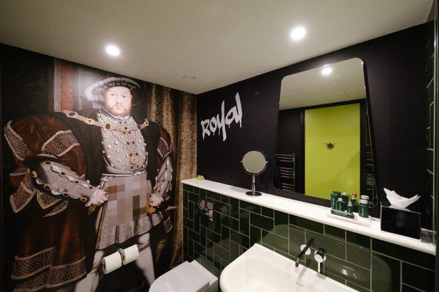 Im Bad mit Henry VIII. In jeder Etage ist ein anderer Monarch abgebildet. Bild: Owen Billcliffe Photography
