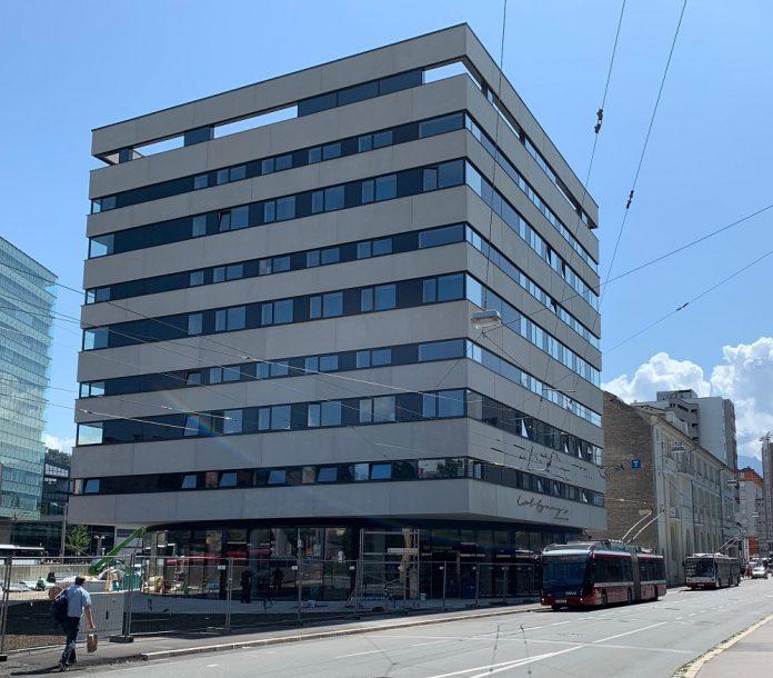 Wie ein schwebender Würfel sieht das Hotel unweit des Salzburger Hauptbahnhofs aus. Bild: A&O