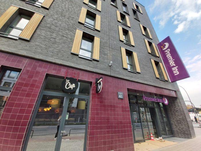 Das Premier Inn St. Pauli zeichnet sich durch Fliesen an der Fassade aus. Bild: Premier Inn Deutschland