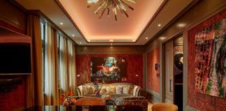 Eine Suite mit einem Esstisch, Fernseher, und einer Sofa Ecke im Hotel TwentySeven Amsterdam