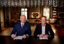 Die beiden CEOs Marcus Bernhardt (Deutsche Hospitality) und Dr. Jan Becker (Porsche Design Group) bei der Vertragsunterzeichnung. Bild: Steigenberger Hotels AG/Gerster
